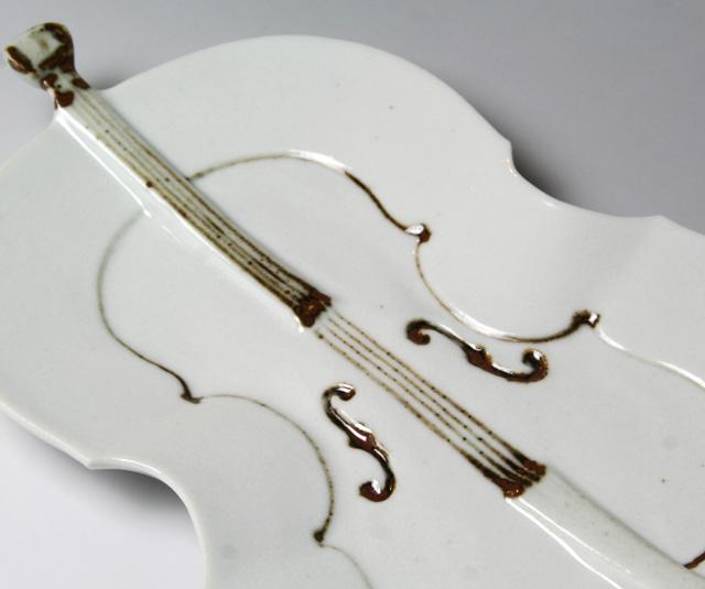 音楽雑貨 九谷焼 磁器 チェロ 皿 弦楽器 鉄絵 染付 ギフト